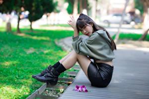 Обои Азиаты Боке Сидя Ног Ботинка Юбки Смотрит девушка