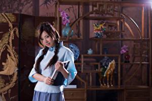 Картинки Азиаты Косы Шатенка Смотрят Рука Тетрадь Размытый фон Chén Sīyǐng, Taiwanese молодые женщины