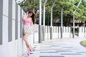 Обои для рабочего стола Азиатка Шатенка Боке Руки Платья Ноги Туфли молодые женщины
