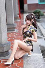 Картинки Азиатки Платье Ног Смотрит Позирует Красивый молодая женщина