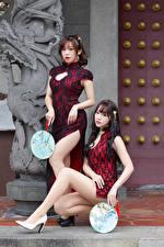 Картинка Азиаты Платье Вдвоем Смотрят Ноги Веер Девушки