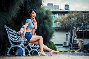 Фотография Азиатка Пальцы Жесты Скамейка Сидя Ног Размытый фон девушка