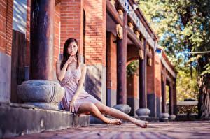 Фотографии Азиатки Пальцы Жесты Сидя Платья Ног Девушки