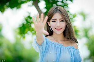 Картинки Азиатки Жест Боке Шатенки Взгляд Улыбка Руки молодые женщины