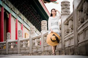 Обои Азиатки Шляпы Платье Взгляд молодая женщина