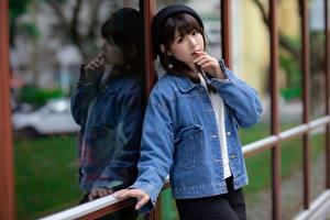 Обои Азиаты Куртке Берет Смотрят молодая женщина