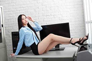 Обои Азиаты Офис Секретарши Стол Сидя Ноги Юбка Блузка Взгляд Девушки