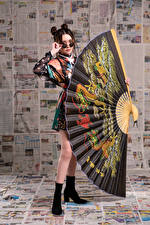 Обои Азиаты Позирует Платье Веер Очки Взгляд Девушки