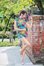 Картинка Азиатка Позирует Платья Ног Веер молодые женщины