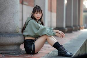 Фотография Азиаты Сидит Ботинках Ног Смотрят Боке молодая женщина
