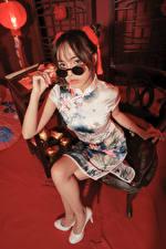 Фотография Азиаты Сидящие Очков Взгляд Девушки