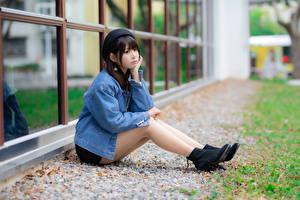 Фото Азиаты Сидя Ноги Куртки Берет молодые женщины