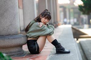 Картинка Азиаты Сидя Поза Ноги Взгляд Боке Девушки