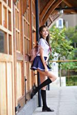 Фотографии Азиаты Улыбается Позирует Униформа Школьница Ноги Гольфы Взгляд молодые женщины
