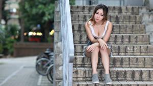 Фотография Азиатка Лестницы Сидит Вырез на платье Рука Ноги молодые женщины