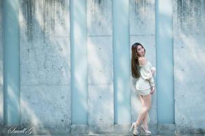 Картинки Азиатки Стена Шатенка Поза Платье Ног Туфли Девушки