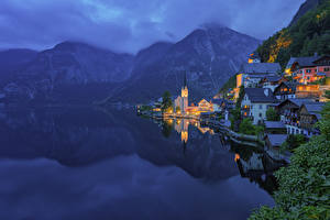 Обои для рабочего стола Австрия Озеро Горы Церковь Халльштатт Тумана Ночью Hallstatt Lake, Upper Austria, Gmunden Города