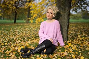 Обои Осень Трава Лист Блондинок Свитера Сидя Рука Ног Сапоги молодые женщины
