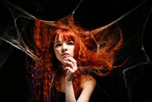 Картинки На черном фоне Рыжие Волосы Взгляд Руки Девушки