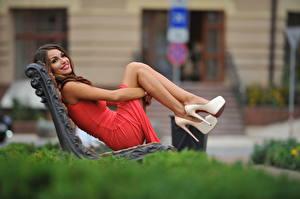 Фотография Боке Скамейка Шатенка Улыбка Платье Рука Ноги Туфель девушка