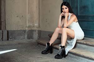 Фотографии Брюнетки Платья Сидящие Рука Ноги Ботинка Девушки