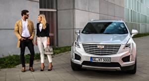 Обои Кадиллак Мужчины Сумка Серебряный Спереди Очки Блондинка Вдвоем CUV XT5, EU-spec, 2016 машина Девушки