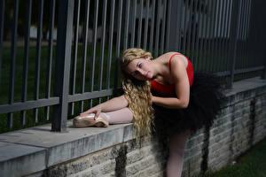 Фото Ограда Блондинки Балет Растягивается Позирует Взгляд Рука молодая женщина