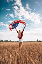 Обои Поля Штаты Небо Блондинка Сзади Флага Руки Ног Шорты Девушки