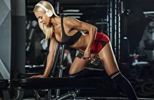 Фотографии Фитнес Блондинка Спортзале Гантелей Тренировка Наушники молодые женщины Спорт