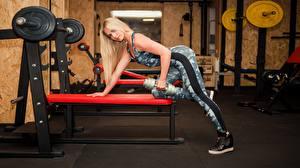 Фото Фитнес Блондинка Позирует Тренировка Спортзале Гантель молодые женщины Спорт