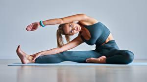Фотографии Фитнес Блондинок Позирует Тренировка Сидящие Смотрит молодые женщины Спорт