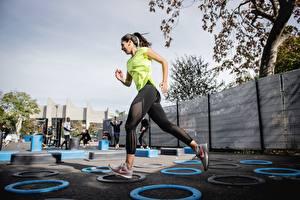Фотография Фитнес Круг Физическое упражнение Бежит Униформа молодые женщины Спорт