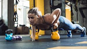 Обои для рабочего стола Фитнес Спортивный зал Физическое упражнение Гиря Отжимание Планка упражнение девушка Спорт