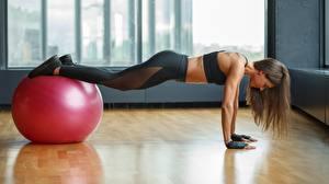 Фото Фитнес Планка упражнение Мяч молодая женщина Спорт