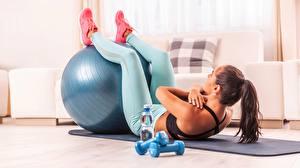 Картинка Фитнес Тренировка Ноги Мяч Гантели молодая женщина Спорт