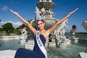 Картинки Фонтаны Скульптуры Корона Улыбается Взгляд Руки Paulina Vega, Columbian, Miss Universe 2014 Знаменитости Девушки