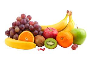 Фотографии Виноград Бананы Яблоки Киви Апельсин Фрукты Белом фоне Еда