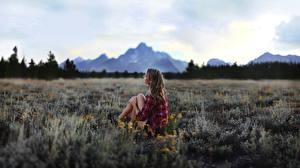 Картинки Луга Размытый фон Шатенка Рубашки Сидит молодые женщины
