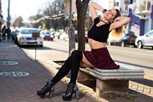 Картинки Korbi Kay Модель Скамейка Ног Юбке Гольфах Улице Боке Размытый фон Молодые женщины Девушки