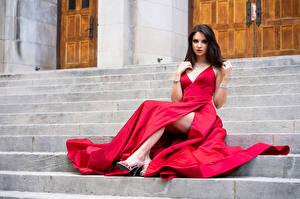 Фотография Лестница Платья Сидит Взгляд Madi молодые женщины