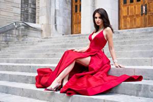 Картинки Лестница Сидит Платья Красная Ног Взгляд Madi молодые женщины
