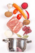 Фото Мясные продукты Картошка Морковка Свёкла Помидоры Чеснок Белым фоном Фасоль бобы