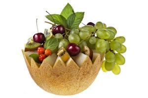 Обои Дыни Виноград Вишня Киви Фрукты Листья Белый фон Продукты питания