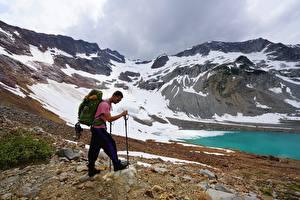 Фото Мужчины Гора Очков Рюкзак Альпинист Природа