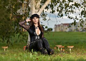 Фотография Грибы природа Модель Сидя Кепкой Декольте Блузка Смотрят Emilka Plotrowska молодые женщины