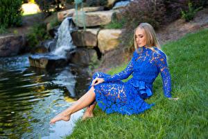 Фотография Olga Clevenger Блондинка Сидящие Сидит Ручей Ноги Девушка