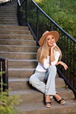 Картинки Olga Clevenger Лестницы Сидящие Улыбается Улыбка Штаны Смотрят Взгляд Девушки