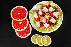 Картинка Салаты Овощи Лимоны Грейпфрут Черный фон Еда