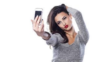 Фотография Селфи Белый фон Брюнетки Позирует Смотрят Руки Свитере Красными губами молодые женщины