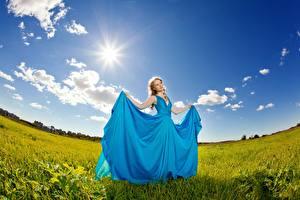 Фотографии Небо Трава Солнце Платья Блондинки Руки девушка